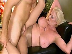 Mature rips a hole in her pantyhose for sex